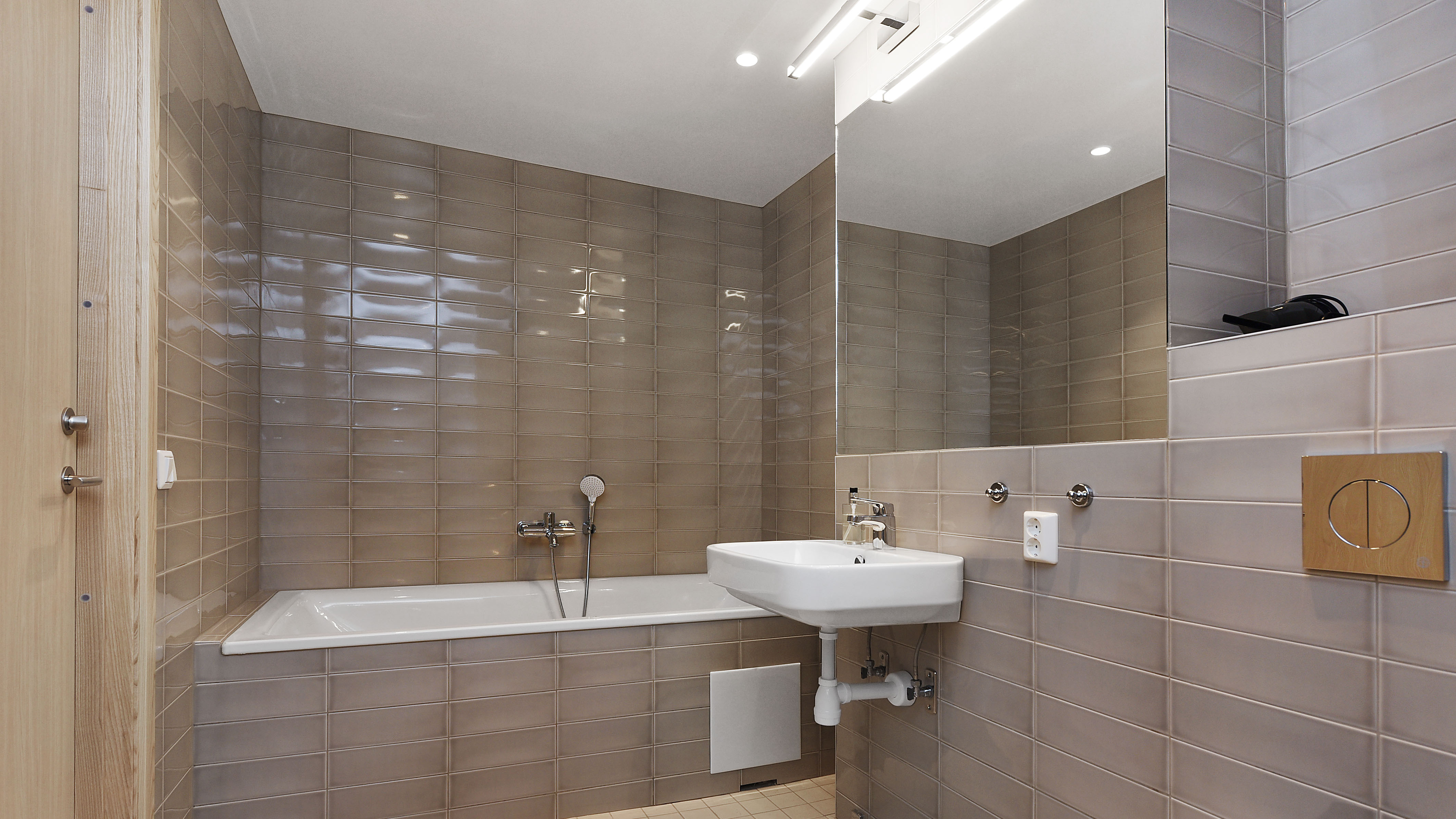 One of our doubble rooms hava a bathtub aswell as a shower